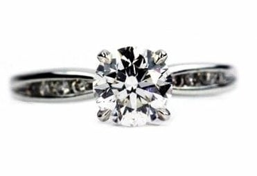 Classic Round Dimond Engagement Ring